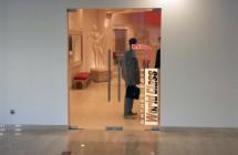 Монтаж pos материалов — стеклянная дверь бутика