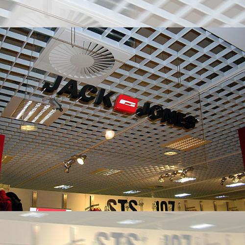 Объемные буквы под потолком торгового центра